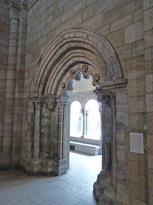 ROMÁNICO EN NUEVA YORK. THE CLOISTERS MET. Portada de Notre Dame de Reugny. Vista lateral