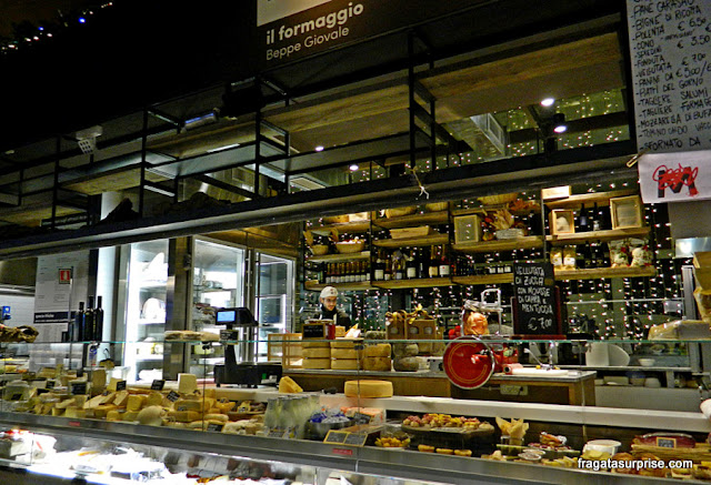 Balcão de queijos no Mercado Central de Termini, Roma