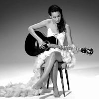 Daniela Herrero con la guitarra