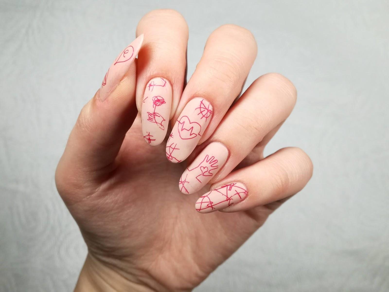 paznokcie cieliste ze wzorem
