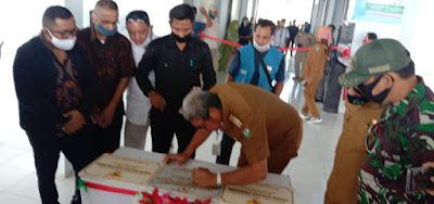 Bupati Malra M Thaher Hanubun saat menandatangani prasasti peresmian 3 Pasar Rakyat