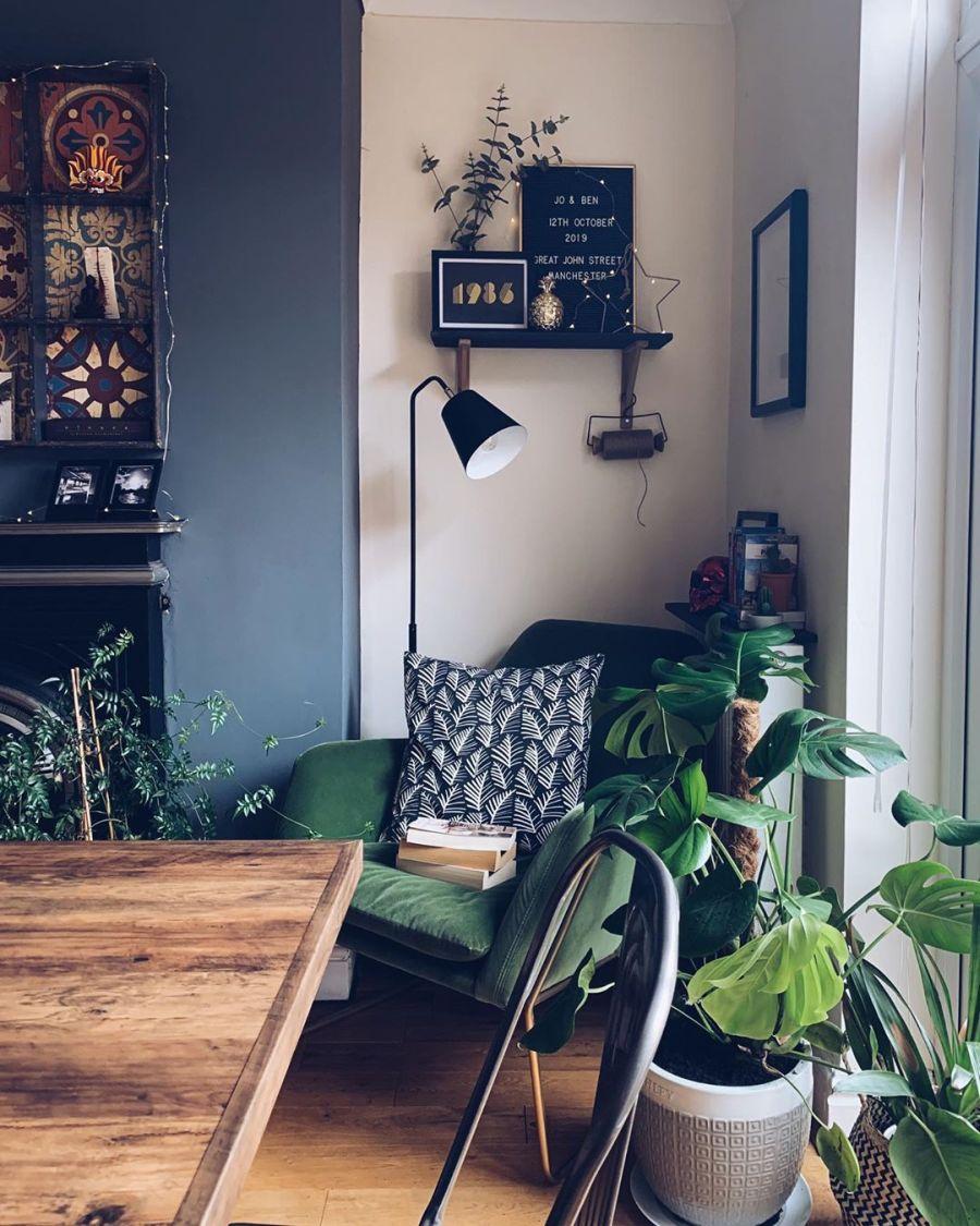 Przytulne mieszkanie urządzone w myśl filozofii hygge, wystrój wnętrz, wnętrza, urządzanie domu, dekoracje wnętrz, aranżacja wnętrz, inspiracje wnętrz,interior design , dom i wnętrze, aranżacja mieszkania, modne wnętrza, hygge, styl skandynawski, Scandinavian style, salon, living room, pokój dzienny, stół drewniany, fotel, kominek, koza, jadalnia, dining room, kwiaty, rośliny, urban jungle