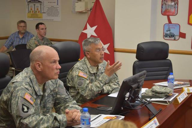 Đại tá Thomas Nguyễn, Lữ đoàn trưởng Lữ đoàn 35 tường trình cho Thiếu tướng Jim Richardson về chiến thuật phòng thủ hỏa tiễn tại Bộ chỉ huy Lữ đoàn 35 vào đầu tháng 6 năm 2015 (US Army photo).