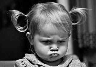 صورة بنت صغيرة حزينة مكشبرة منكدة زعلانة كيوت موت