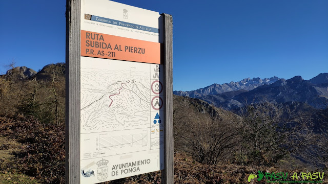 Cartel de la Ruta al Pierzu por la PR AS-211 en Collado Llomena