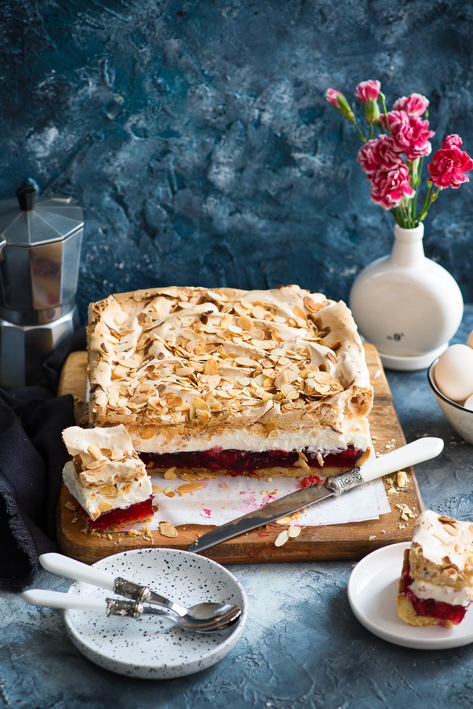 Malinowa chmurka - kruche ciasto z galaretką, kremem  śmietanowym i migdałową bezą