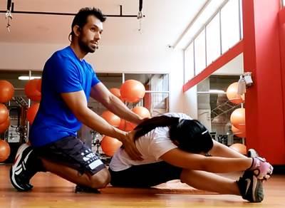 Ejercicio de estiramiento para los músculos de la espalda baja