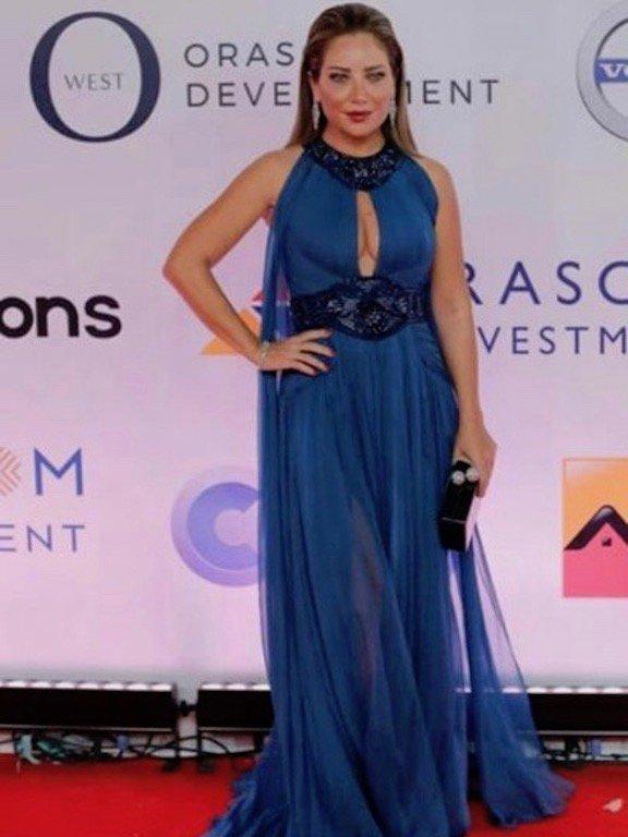 سلافة معمار بفستان أزرق جريء في مهرجان الجونة