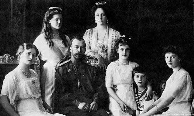 Czar Nicolau II com a esposa cercado das quatro filhas e filho