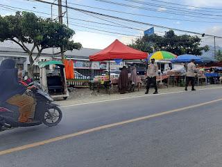 Untuk Menghidari Kemacetan Personil Polsek Anggeraja Melaksanakan Pengaturan Lalulintas Pada Sore Hari Di Depan Pasar Cakke