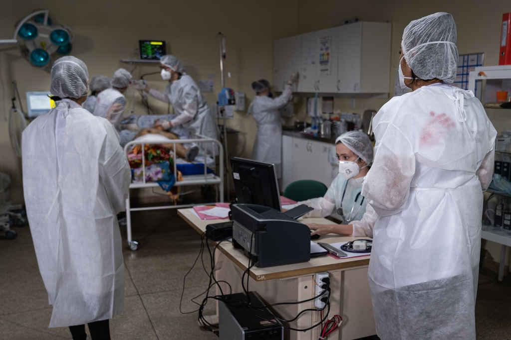 Com o forte aumento do número de casos e mortes ocasionados pela COVID-19, Médicos Sem Fronteiras (MSF) está ampliando suas ações no Estado do Amazonas. Equipes voltaram no início deste mês a atuar na capital, Manaus, e o trabalho nos municípios do interior onde a organização já estava presente está sendo intensificado.
