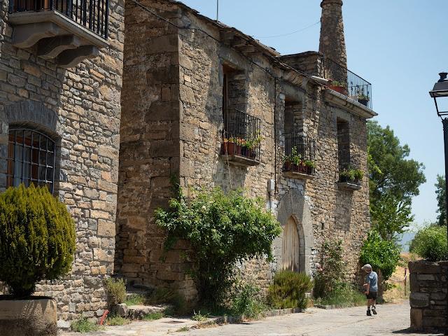 Casona de piedra típica del Pirineo en Sieste (Huesca)