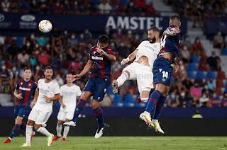 Benzema iguala a Pirri en el Ranking de Partidos Oficiales de Blanco