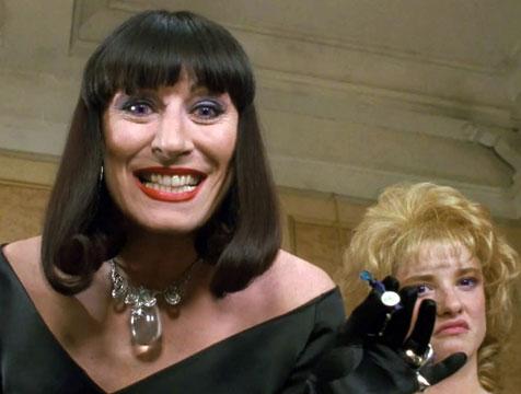 Eva Ernst (Anjelica Huston) en La maldición de las brujas - Cine de Escritor