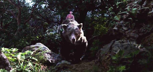 Mowgli şi ursul Baloo în filmul Cartea Junglei 2016