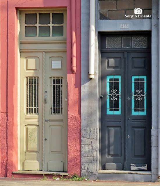 Close-up de duas portas antigas no Bairro da Lapa - São Paulo