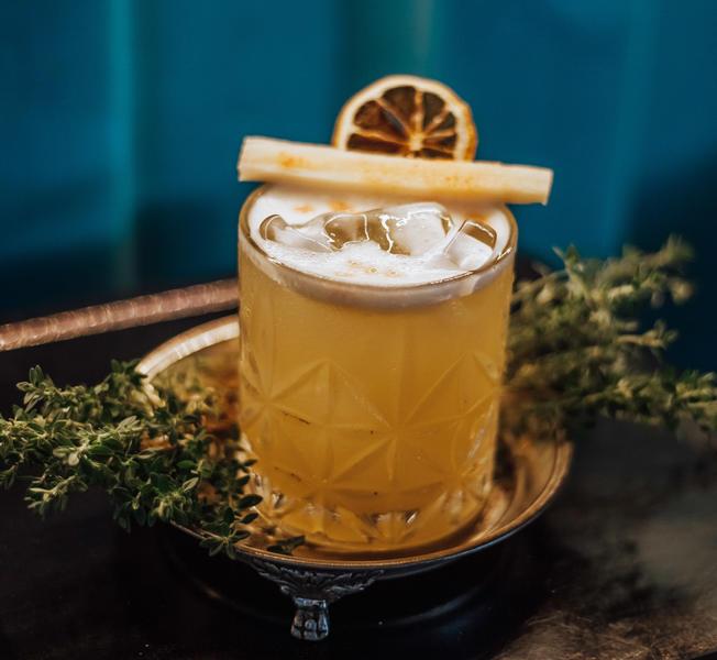 No dia 16 de agosto é comemorado o Dia Internacional do Rum. A história da bebida começa no ano de 1433, quando a cana-de-açúcar começou a ser cultivada na região de Caraíbas, no período de Cristóvão Colombo. A cana era levada pelas esquadras de Colombo a partir das Ilhas Canárias. Sendo assim, no começo do século XVI, foi produzido o primeiro rum destilado a partir da cana-de-açúcar.