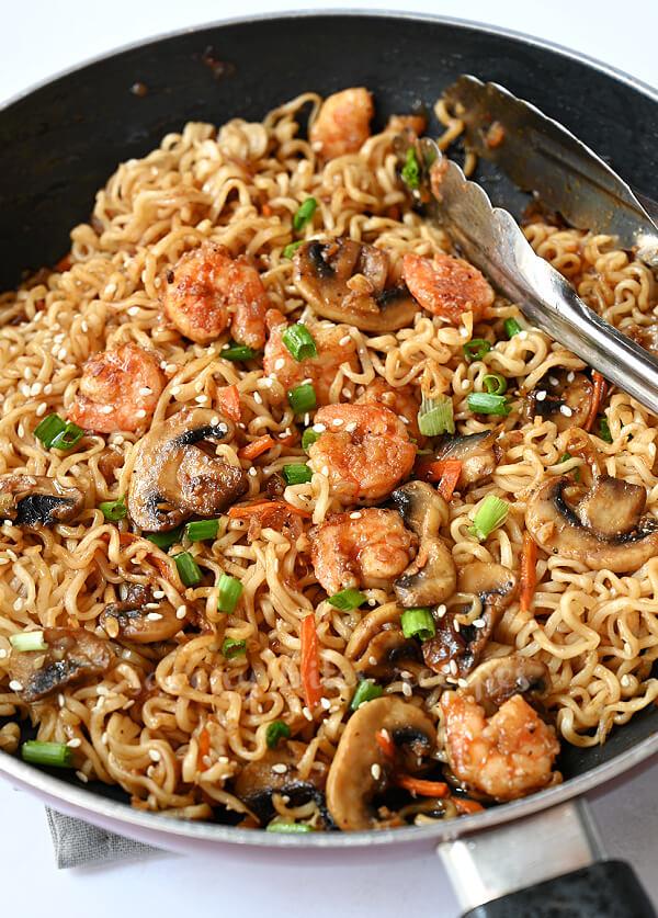 easy sesame noodles with shrimp garnished with sesame seeds