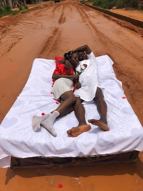 Couples enjoys their honeymoon on the bad Ohi-Orogwe road in Imo (Photos)