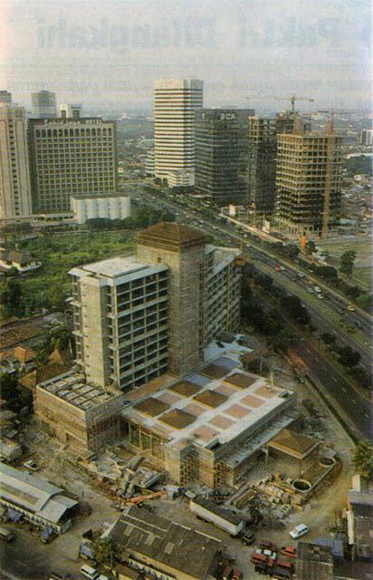 Foto udara Jakarta era Dilan (1990). Pembangunan gedung tinggi di Jalan Sudirman