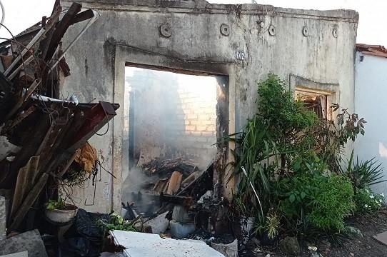 Incêndio destrói casa no bairro Capuchinhos em Feira de Santana