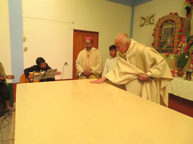 """Nach den dem Bischof vorbehaltenen Ritualen durfte ich als """"Hilfsliturge"""" unter dem strengen Blick des Chefs die Sache fertig machen."""