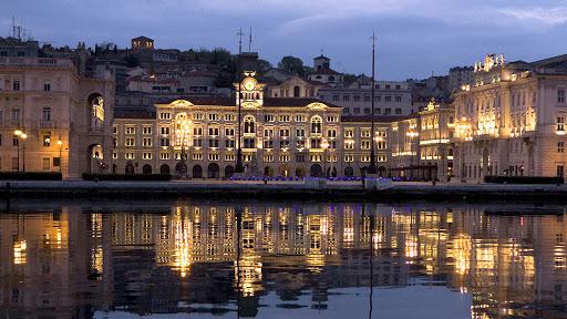 Una delle immagini più iconiche di Trieste: Piazza Unità al crepuscolo