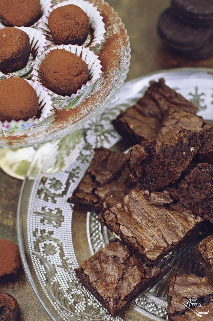 Ein Teller mit Brownies und Oreo-Trueffel