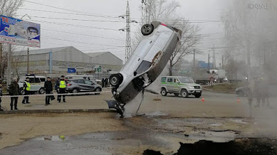 В Пензе машина с людьми провалилась в яму с кипятком