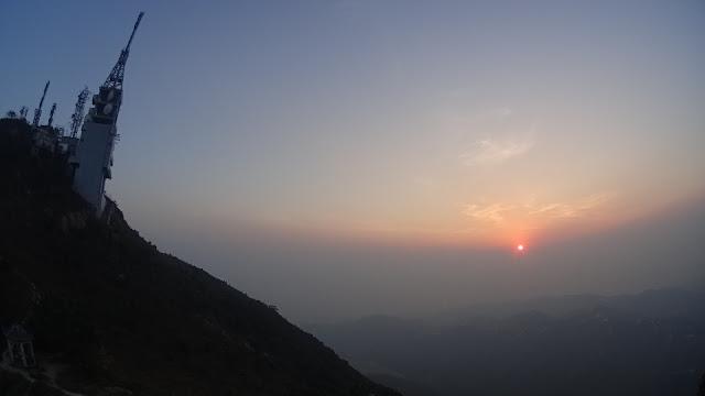 登上青山頂時近黃昏