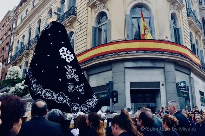 マドリードの聖週間で街を練り歩く聖母マリア像と行列する人々