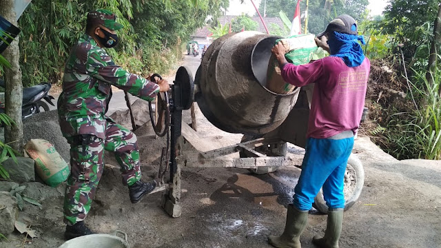 Babinsa Manisrenggo Gotong-Rorong Bersama Masyarakat Dalam Pengerasan Akses Jalan