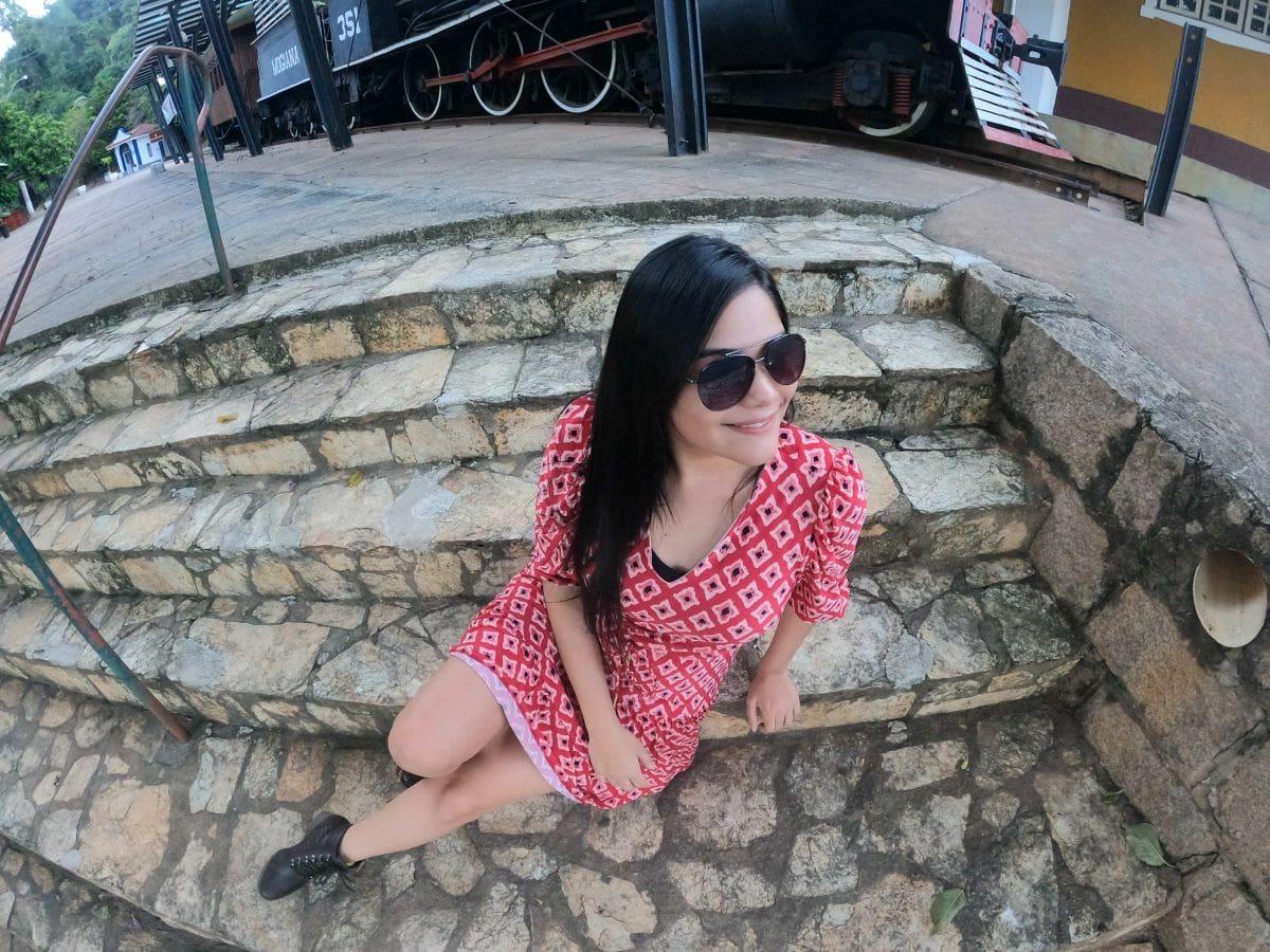 mulher de vertido vermelho em uma estação de trem desativada