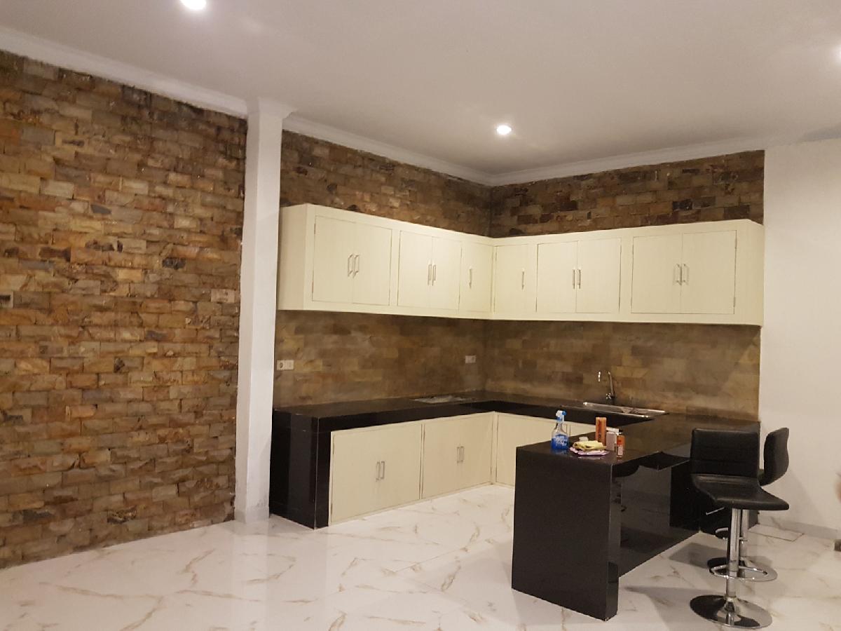 Kitchen set hpk herculean yang kabinet atas nya juga terbuat dari beton bertulang kombinasi tutup berbahan acp serta finishing dengan pelapis hpl