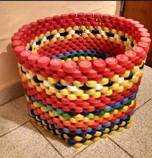 Papeleras hechas con tapitas recicladas