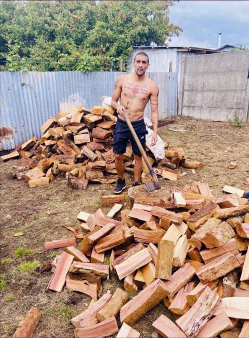 Branco Ampuero pasó las vacaciones cortando leña para sus padres