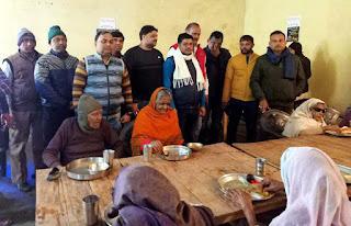 Jaunpur : दिव्य प्रेम सेवा मिशन ने वृद्धाश्रम में कराया भोजन