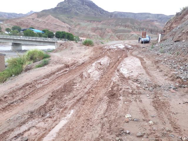 Die Einfahrt zu unserem Dorf verlangt schon Rallye Fähigkeiten in der Regenzeit. Vor dem Schulgebäude hat sich auch viel Wasser angesammelt und das bei Wänden aus Lehmsteinen.
