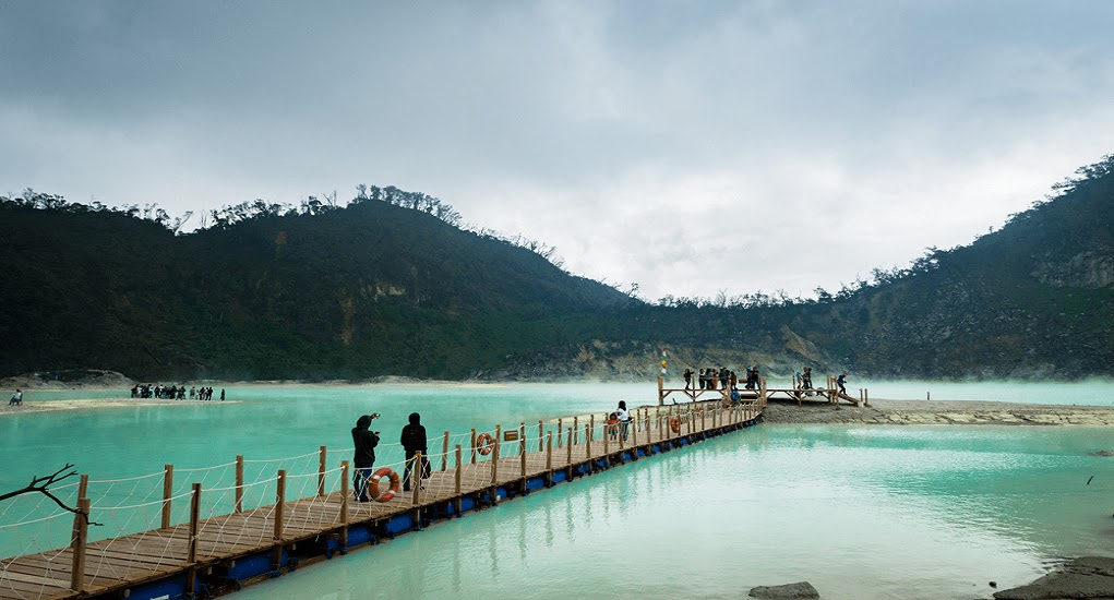 Landscape pemandangan Bandung dariSkywalk Cantigi dan Jembatan Ponton Kawah Putih