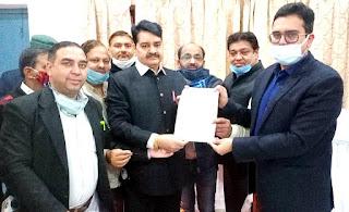 माफिया से पत्रकार बने लोगो पर कार्यवाही की मांग को लेकर जिलाधिकारी को सौंपा मुख्यमंत्री को सम्बोधित ज्ञापन