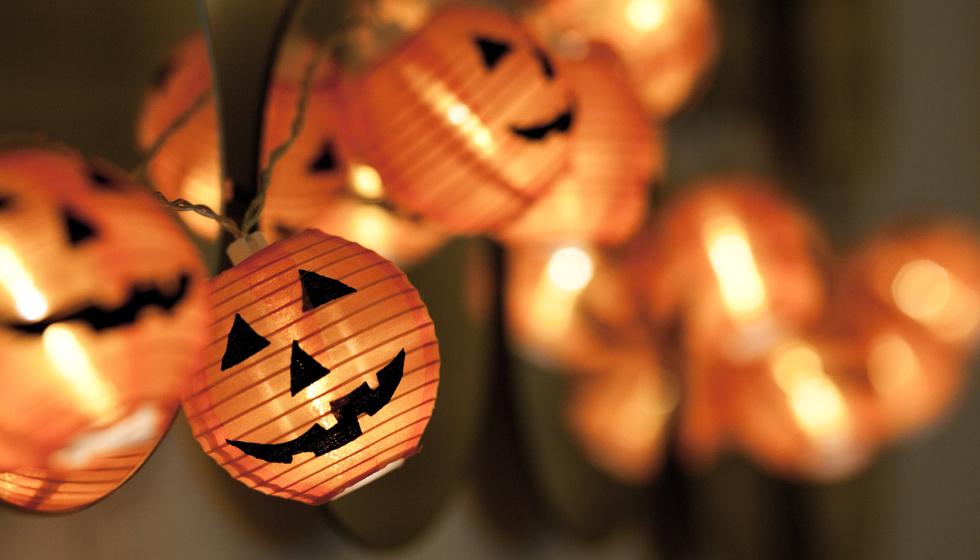 diy para decorar en halloween con guirnaldas de luces naranjas y calabazas fácil y económico espeluznantes