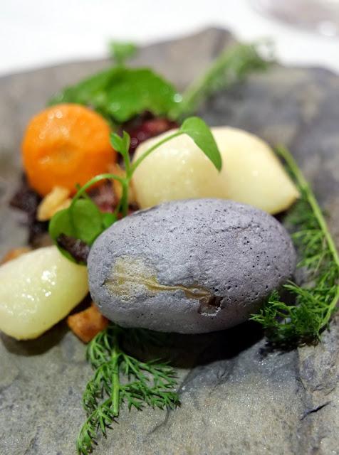 Variation von Humus und Kiesel gebildet aus Wurzelgemüse und Kartoffel in Kieselstein-Optik, Trüffel-Pilzcreme und Weinbergssprossen.