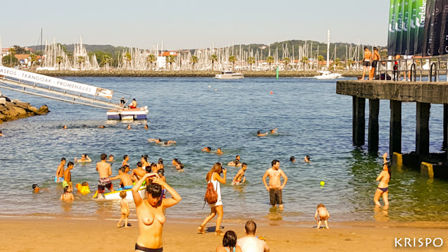 bañistas en playa pequeña de hondarribia
