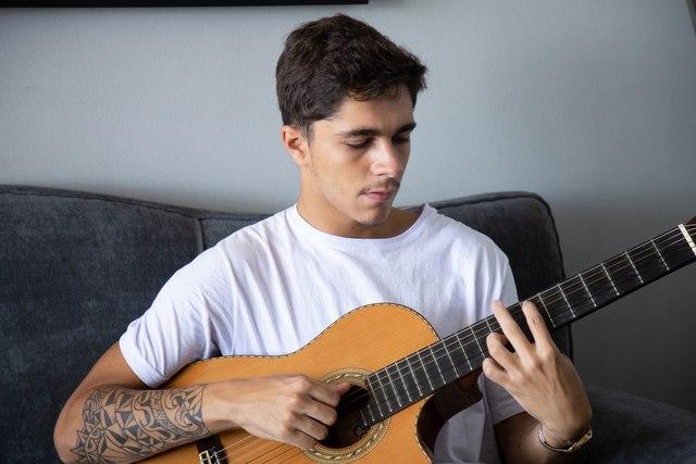 """Sávio transforma o conforto do amor em canções agridoces no EP """"Moletom"""""""