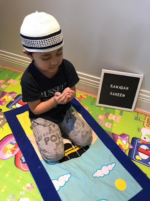 Muslim kids solat