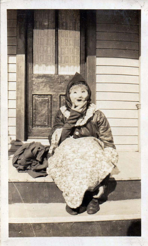 30 vintage photos of people wearing strange and creepy. Black Bedroom Furniture Sets. Home Design Ideas