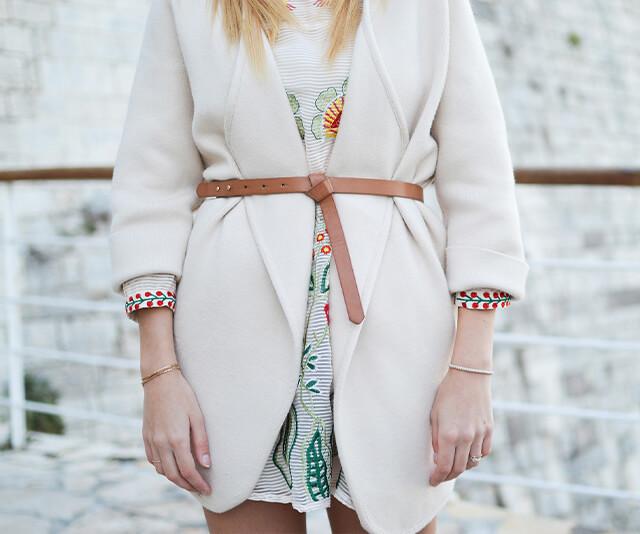 mulher vestindo um blazer com cinto amarrado por cima