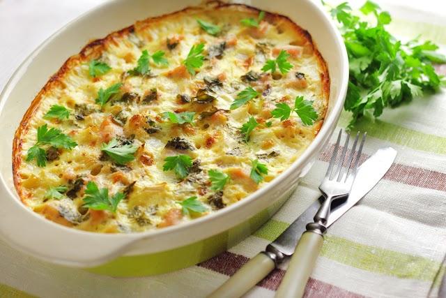 Sajtos-csirkés rakott karfiol: újkrumplival még finomabb