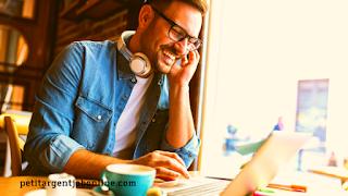 Homme au bureau à domicile, gagner de l'argent en ligne en travaillant à son compte