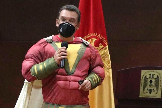 El médico también es  un superhéroe: Dr. Gallegos.